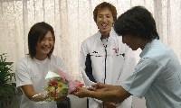 臼井義肢装具士から鈴木・佐藤選手へ花束が